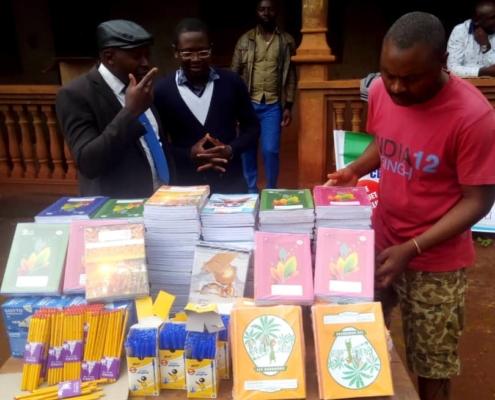 Verteilung von Schulmaterial in dem Dorf Bafou