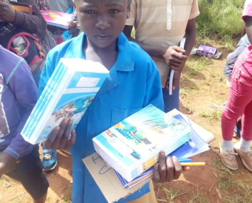 Verteilung von Schulmaterial in dem Dorf Fonsta