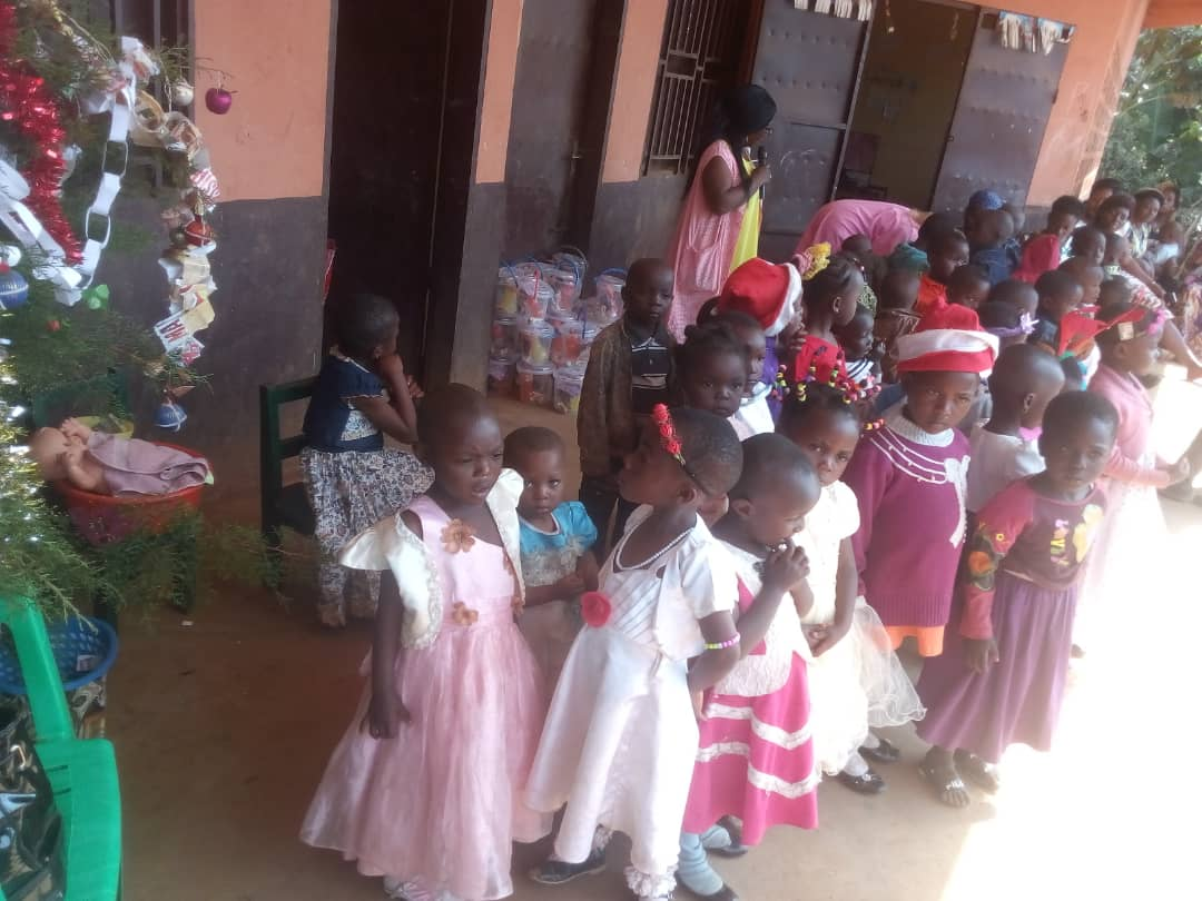 Weihnachtsfeier für Kinder in Ndiih, Kamerun