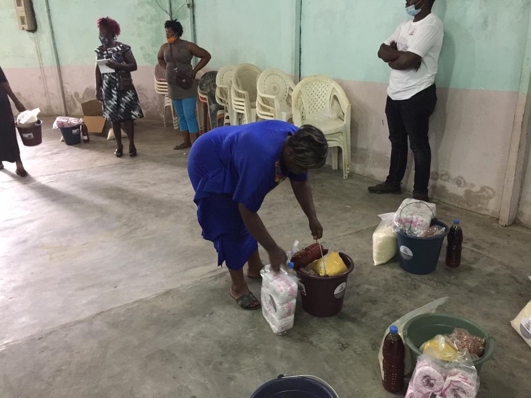 Verteilung von Nahrungsmitteln an Geflüchteten in Douala